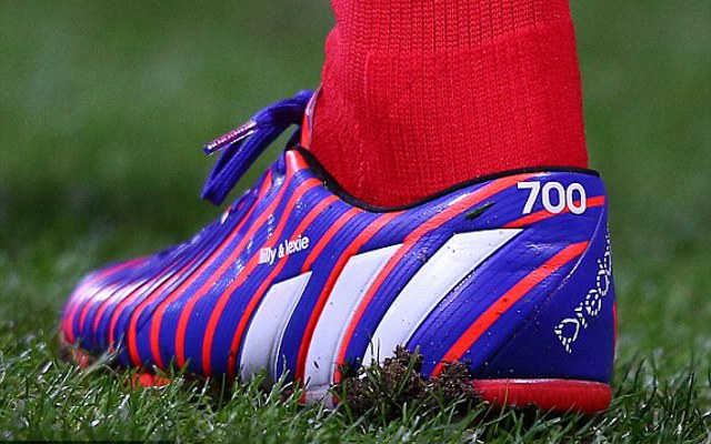 (Image) Steven Gerrard wears special boots for 700th Liverpool appearance