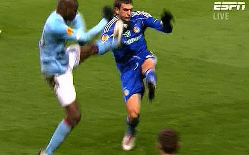8) Mario Balotelli Manchester City tackle