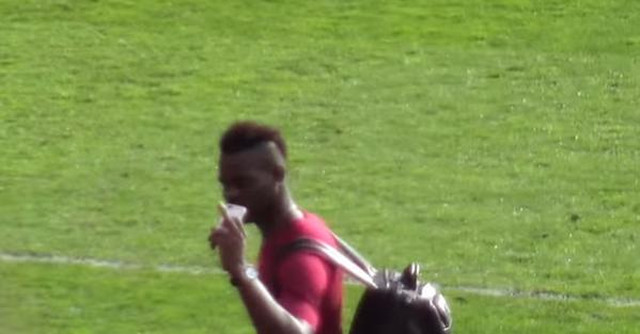 (Video) Mario Balotelli gave Manchester United fans a sly middle finger post-match yesterday!