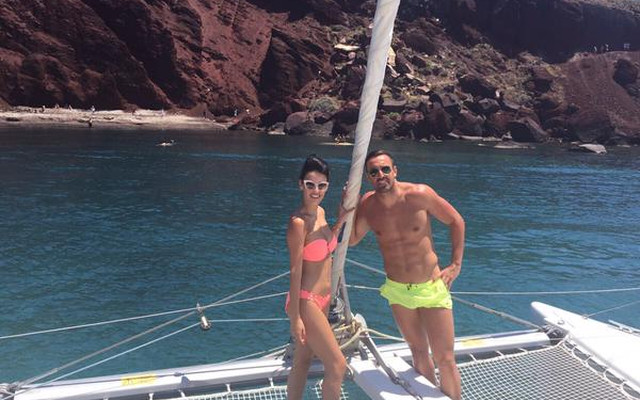 (Image) Jose Enrique holidays in world's shortest lime-green shorts