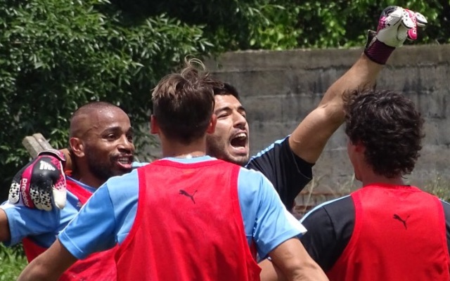 (Video) Suarez, while playing in goal, has scored during Uruguay training