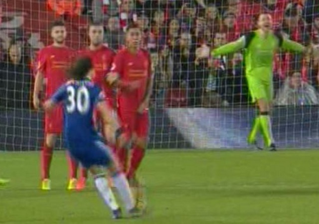 (Video) Mignolet goes walk about after ref blows whistle and Chelsea score free-kick