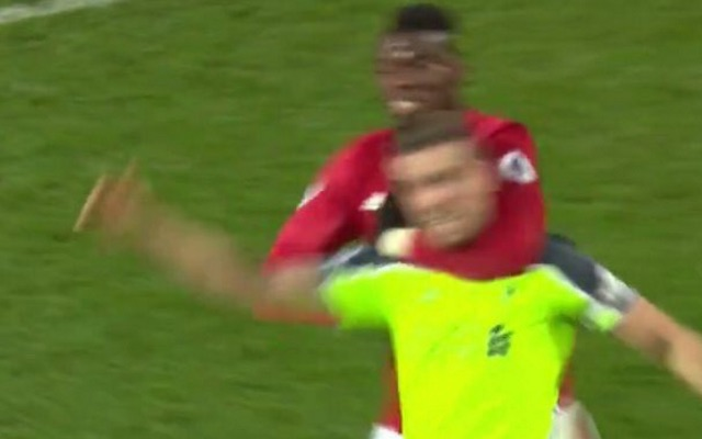 (Video) Pogba grabs Henderson by the neck and throws him to the floor