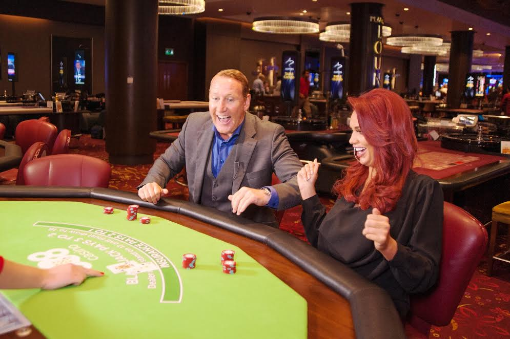 (Video) Ray Parlour electric-shocked during BlackJack game