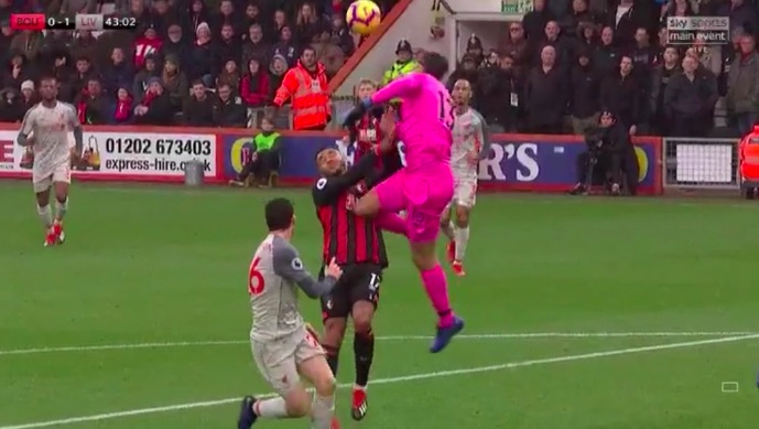 (Video) Alisson uses his head instead of his hands for heroic clearance