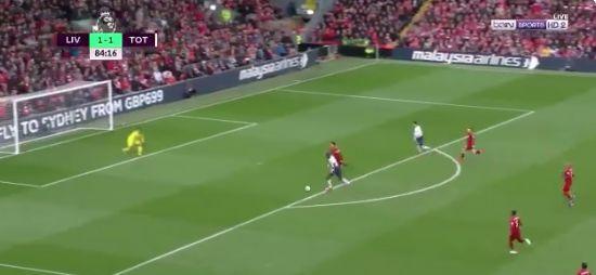 (Video) – Van Dijk schools Sissoko by shutting him down in 2 vs 1 counter