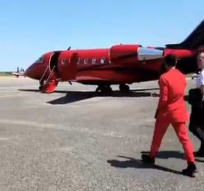 Depay gets Reds talking as he boards red plane in red suit