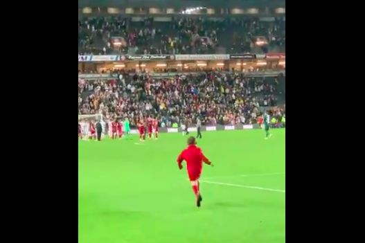 (Video) Young LFC fan runs on pitch and gets Harvey Elliott's shirt