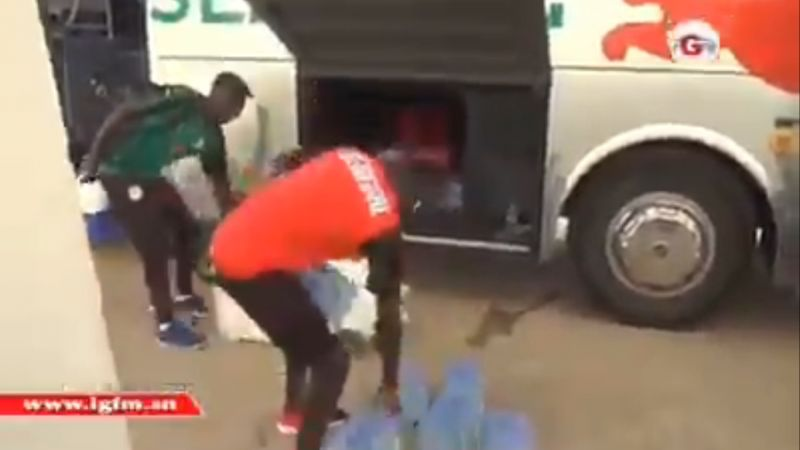 "(Video) ""Our Sadio"" – LFC fans love Mane helping unload Senegal's team coach"