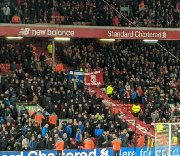 "(Photos) ""Scouse solidarity"" as LFC & EFC fans hold up flag together for the 96"
