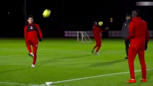 (Video) Minamino has 'juggle off' with Mane as Klopp watches on