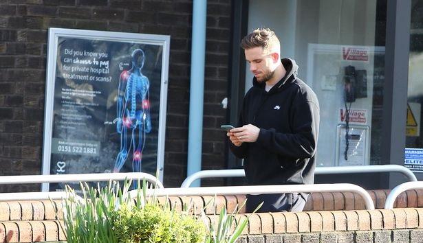 (Photos) Jordan Henderson leaves hospital on foot after hamstring scan