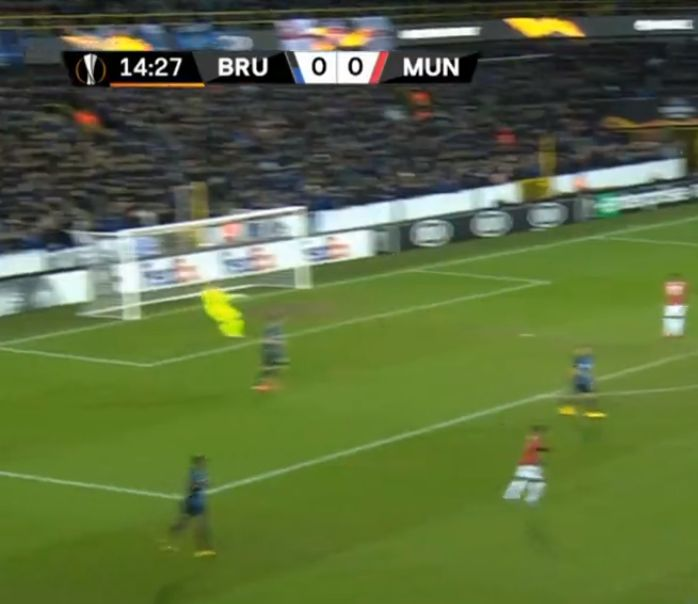(Video) Simon Mignolet assists against Man Utd with incredible 100-yard pass in UEL