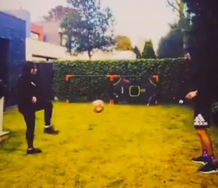 (Video) Fabinho & wife Rebeca go head-to-head in backyard kick about