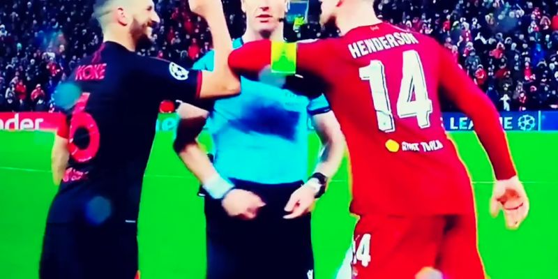 (Video) Henderson, Koke & ref exchange smiles as they bump elbows instead of shaking hands