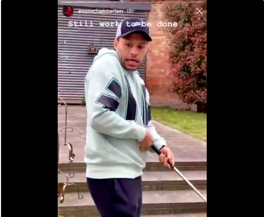 (Video) What happened when Oxlade-Chamberlain played golf in his garden…