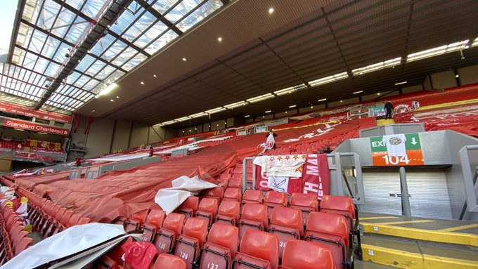 (Photo) McNamara notices something in the Kop as LFC prepare for PL trophy presentation