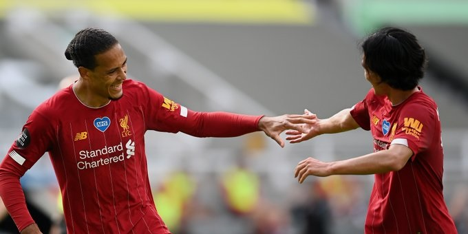 (Photo): Minamino celebrates with van Dijk after superb finish