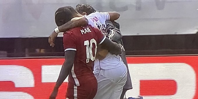 (Photo) Mane shows his class by helping injured Stuttgart player off pitch in heavy rainfall