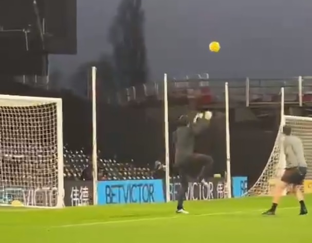 (Video) Alisson practicing claiming corners in Fulham warmup