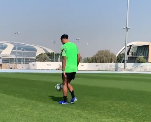 'Reckon he'll be fit for 16:30?' – Liverpool fans react to Van Dijk's Dubai ball work clip