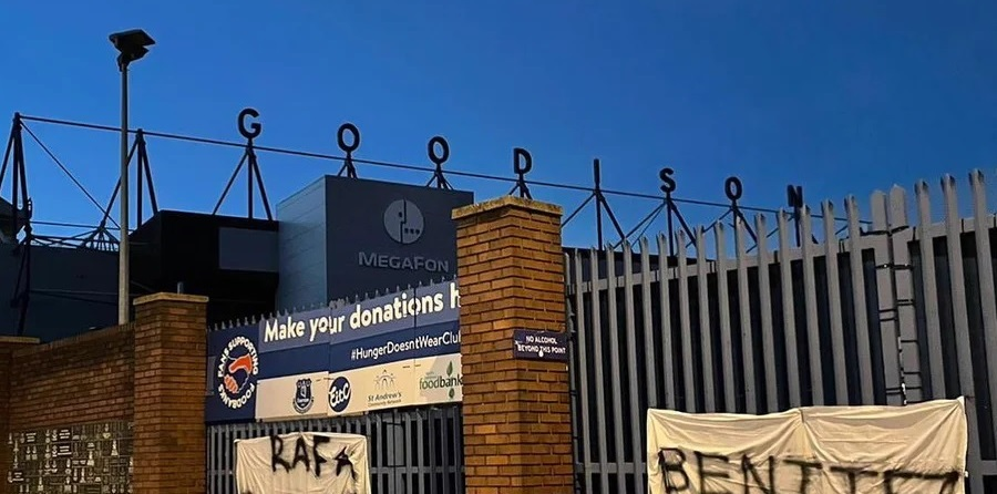 (Photo) 'Not welcome' – Expletive-laden banners protesting against ex-Liverpool boss Benitez's potential Everton appointment left at Goodison Park