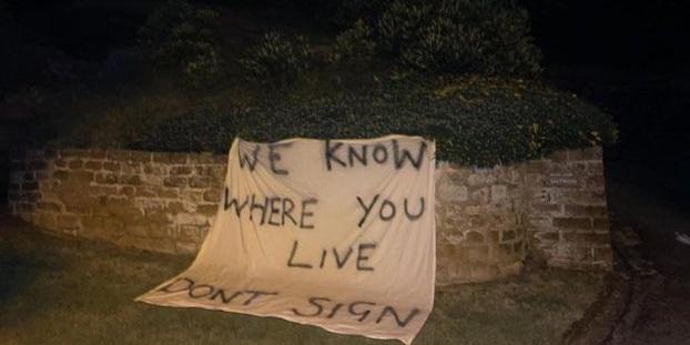 (Photo) Threatening banner laid near Rafa Benitez's home as Everton rumours whirl