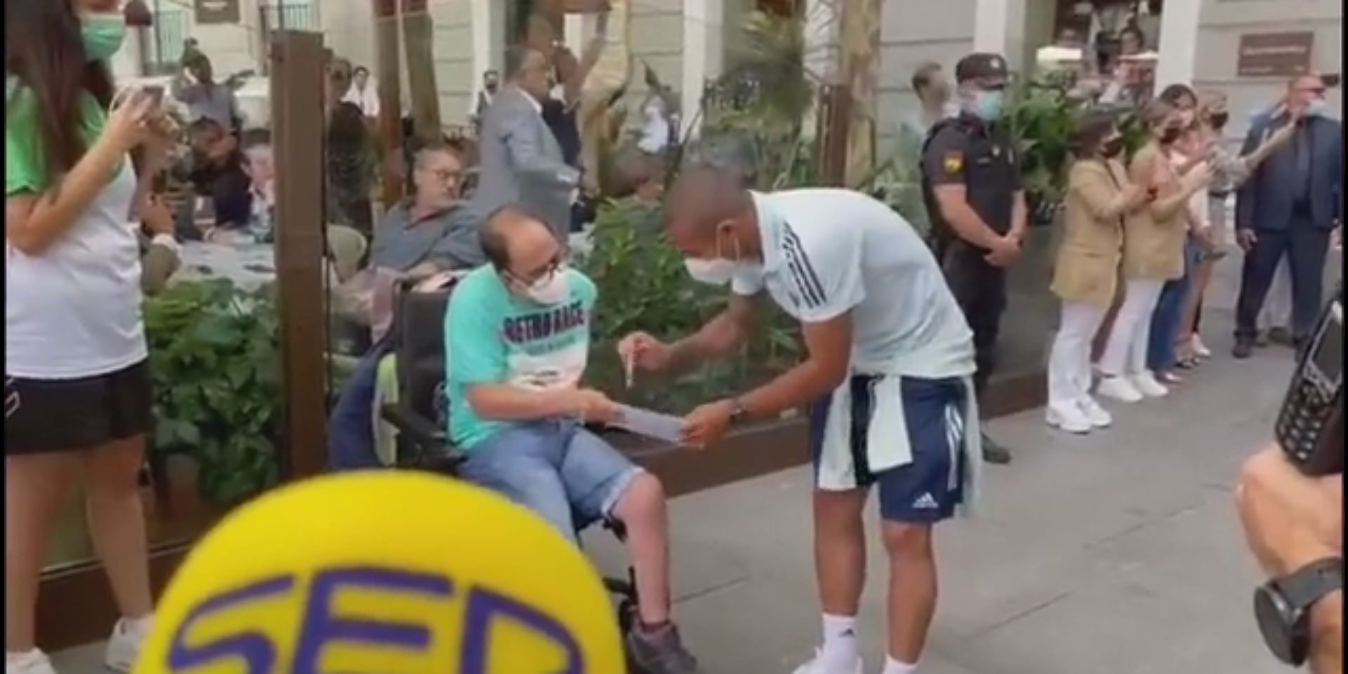 (Video) Liverpool star Thiago greets disabled Spain fan & gives autograph