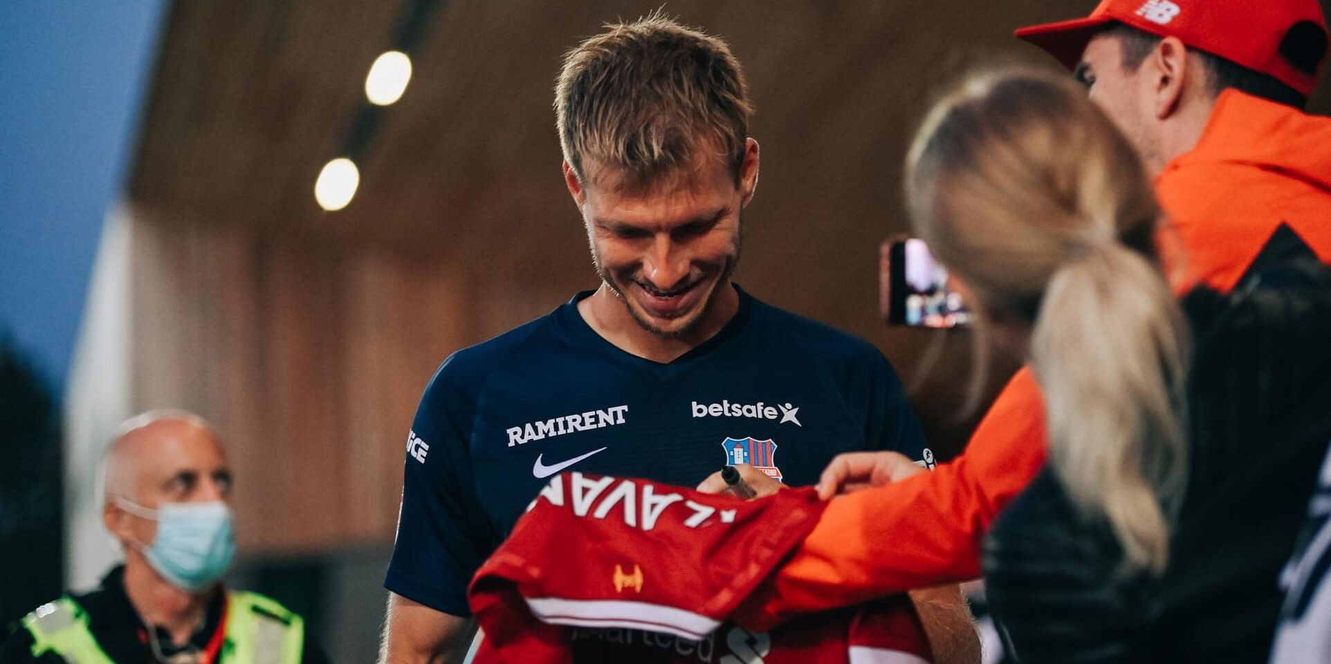 (Photo) Ex-Red's reaction to being asked to sign a Liverpool shirt is heartwarming
