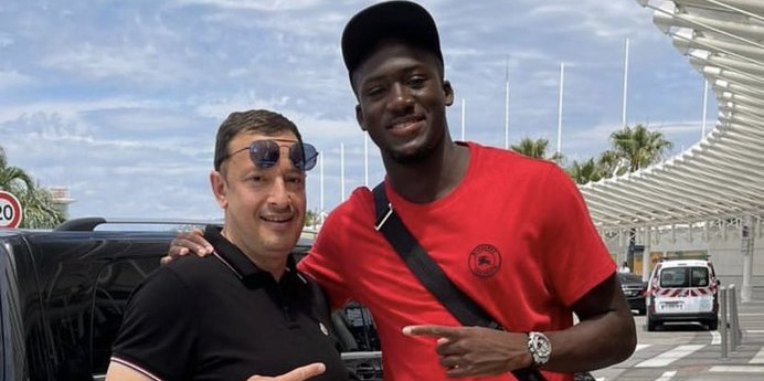 (Photo) New Liverpool signing travels to Merseyside as pre-season nears