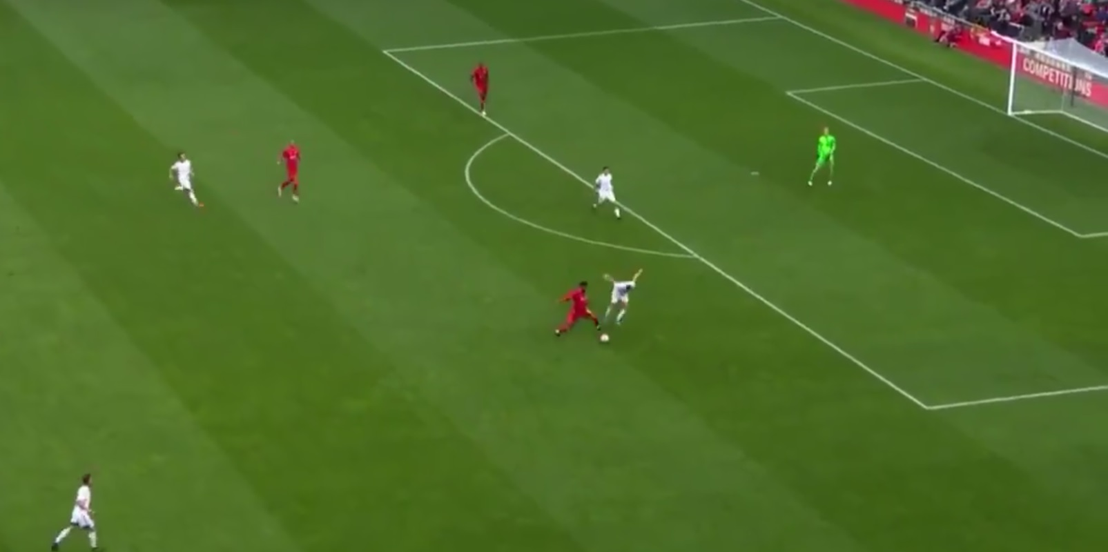 (Video) Gomez shows his class with intelligent move to beat press & kick-start counter-attack